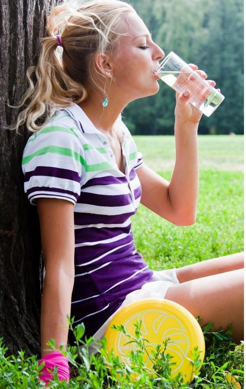 спортсмен может потерять много воды и электролитов через пот.