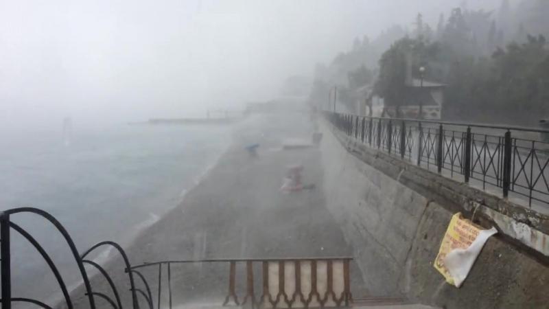 В Крыму настоящие туристы загорают даже в сильный град