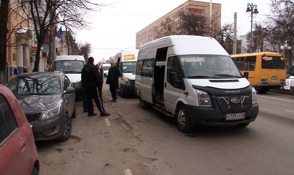 В столкновении маршруток в центре Курска пострадали две пассажирки