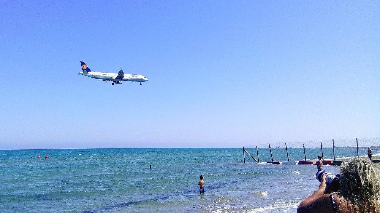 Лайнер Lufthansa заходит на посадку в аэропорту Ларнаки