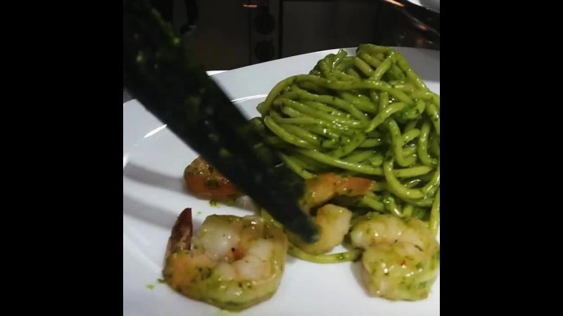 Spaghetti con gamberi pomodorini e pesto