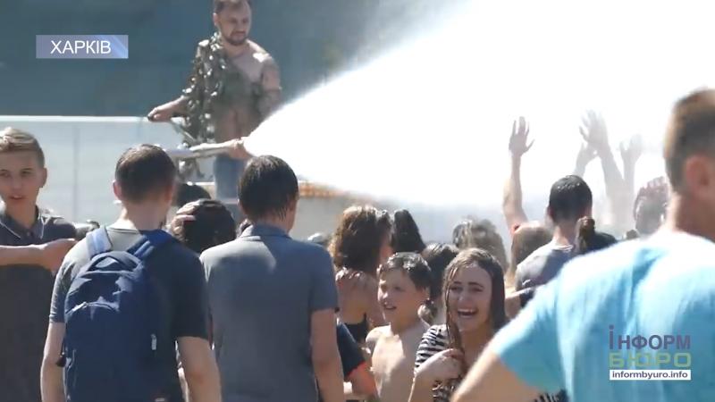 Екватор літа в ЦПКіВ ім. М. Горького традиційні водні обливашки в новому форматі