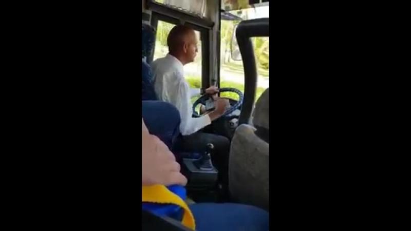 Водитель автобуса очень деликатно переключает коробку передач. » Freewka.com - Смотреть онлайн в хорощем качестве