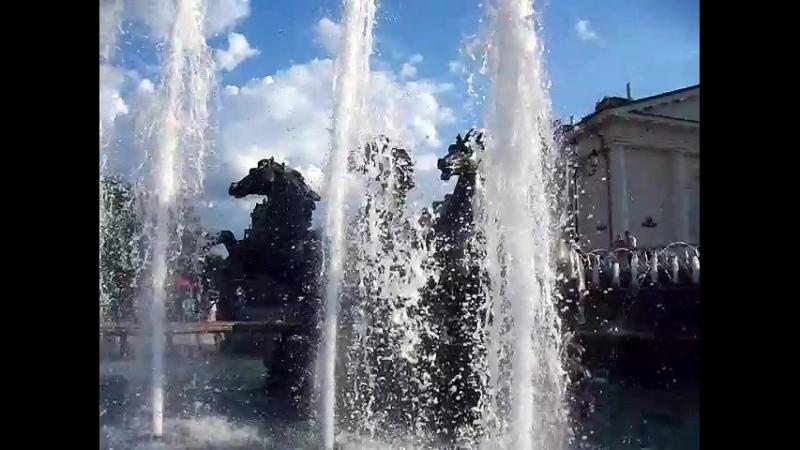 У фонтана в Александровском саду