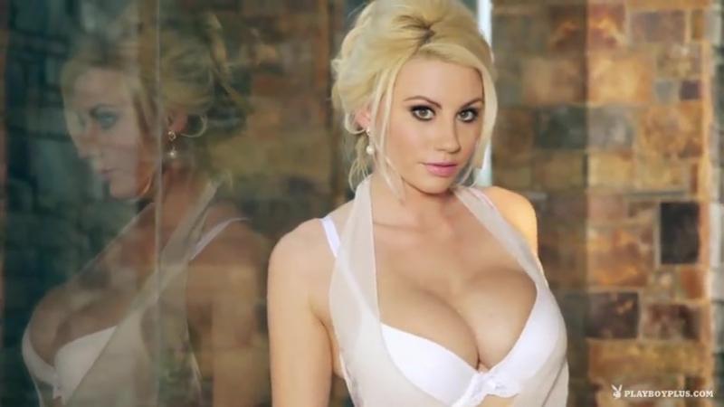 Красивая блондинка показывает большие сиськи. Эротика. Секс