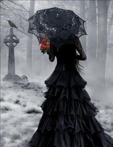 Пост от подписчицы История Кладбища Она бродила в тишине Среди крестов и плит надгробных, Тропой знакомой молча шла Под взглядом ангелов прискорбных. Вся в черном, с траурным лицом К кресту все