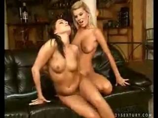 Лесбиянки, страпон и писс на кожаном диване