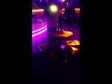 Очень пьяная Девушка, задрала майку и показывает грудь на танцполе. Жесть. Краснодар. 2017