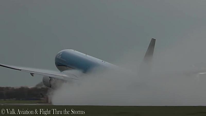 Удар молнии в вылетающий из Амстердама самолет Boeing 777-300 авиакомпании KLM
