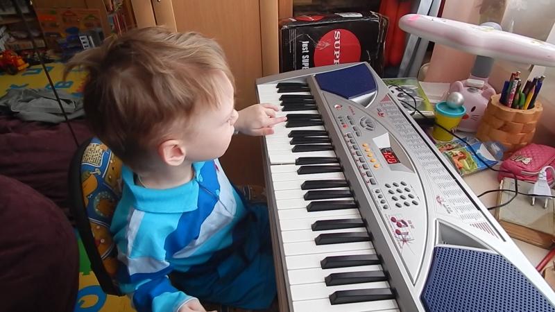люблю не только машинки но и синтезатор сестрички