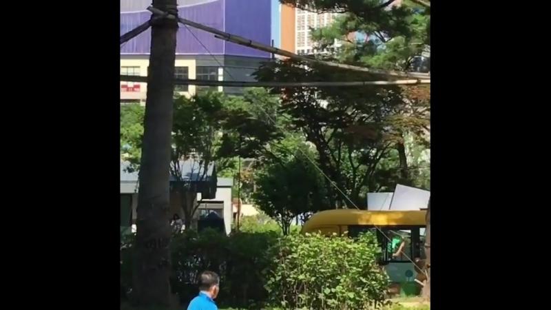 героиня Чон Ин Сон ведёт детей к автобусу