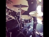 XXXTentacion играет на барабанах.