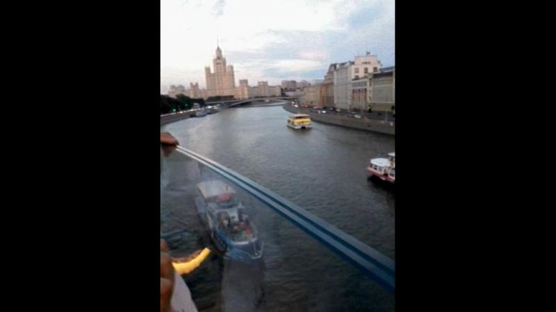 Мост в парке Зарядье Москва во время фиерии когда наши выйграли у Испании