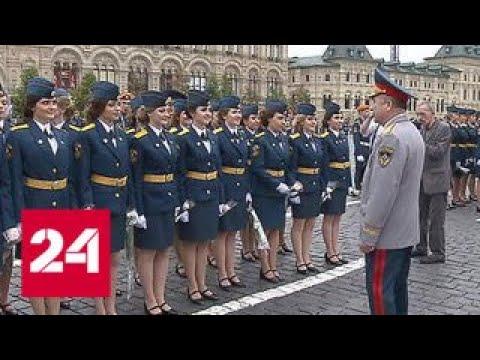 Лучшим выпускникам вузов МЧС вручили дипломы у стен Кремля - Россия 24