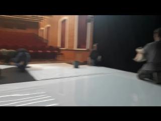 Пацаны отмывают белый кабинет от крови (ЦСД-Омск)