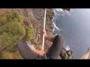 Экстремал Ryan Paul Robinson босиком прошёл по канату, над пропастью Высота составляет около 32 метров.