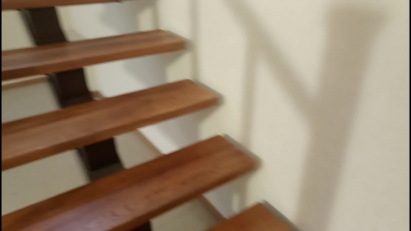 дубовая лестница на металлокаркасе