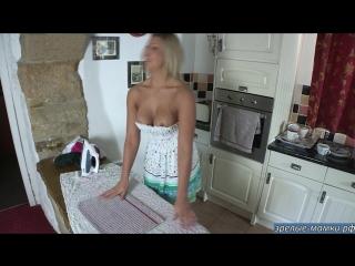Мама с голыми сиськами гладит белье