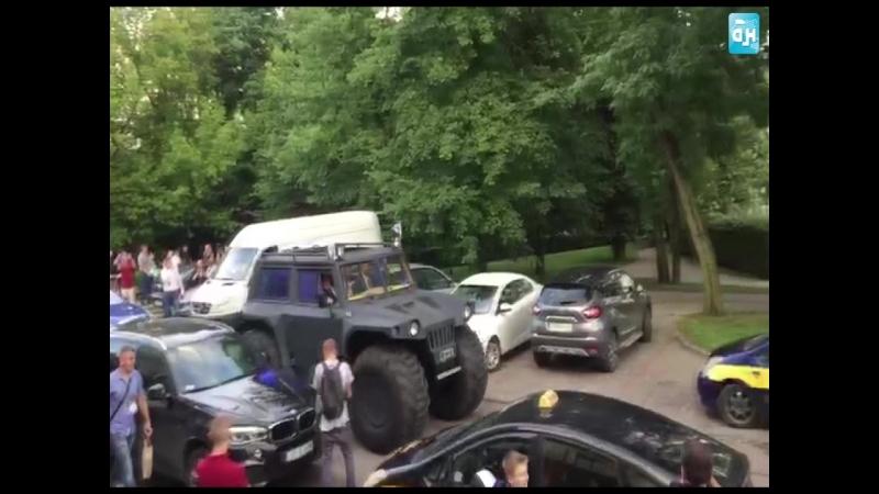 Диего Марадона выезжает на матч Динамо-Брест — Шахтер