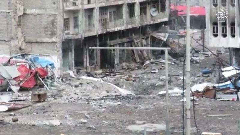 Боец ИГИЛ закладывает бомбу под обстрелом в госпиталь для военных. Бои за Мосул.
