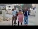 Ahed Tamimi a été filmée alors qu'elle repoussait et giflait deux tsahalopes armées jusqu'au dents qui avaient investi sa maison