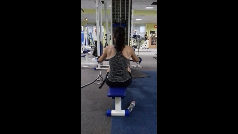 Спинка моя любимая)) Горизонтальна тяга к груди. Важно работать спиной - сводить лопатки, а не тянуть 💪бицепсом. Но самый главны