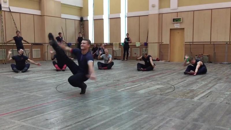 Народные танцы и что такое сильные мышцы и хорошо работающие суставы. А заодно и чувство баланса.