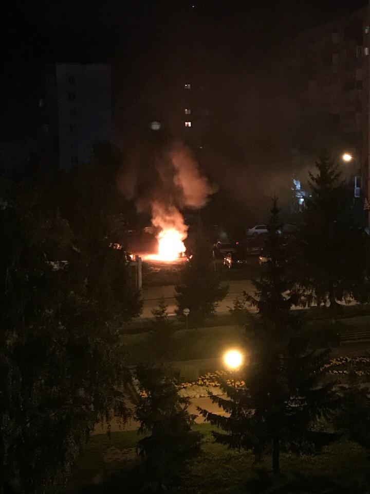 Huu1uvHbEcA - Ночью в Белово сгорел Mercedes-Benz Автопожар произошёл на Октябрьской. Ночью