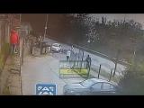 Дети кидали камни и землю в проезжающие и припаркованные машины