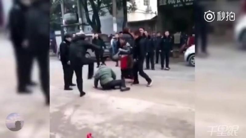 周六湖北武漢市新洲區一名城管人員暴打一售賣油炸煎餅的老人