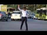 В Индии регулировщик дорожного движения танцует как Майкл Джексон