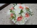 нежный букет из белых хризантем и персиковых роз