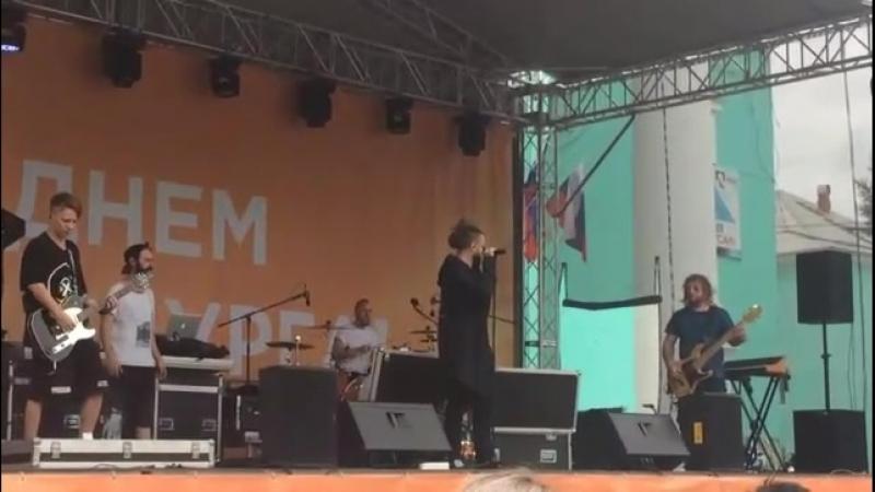 Бурито распевается перед концертом в Краснотурьинске. Видео - Анастасия Куренева