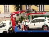 Вот как некоторые девушки пытаются спасти свои машины от эвакуации