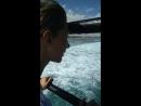 Маша смотрит на волны