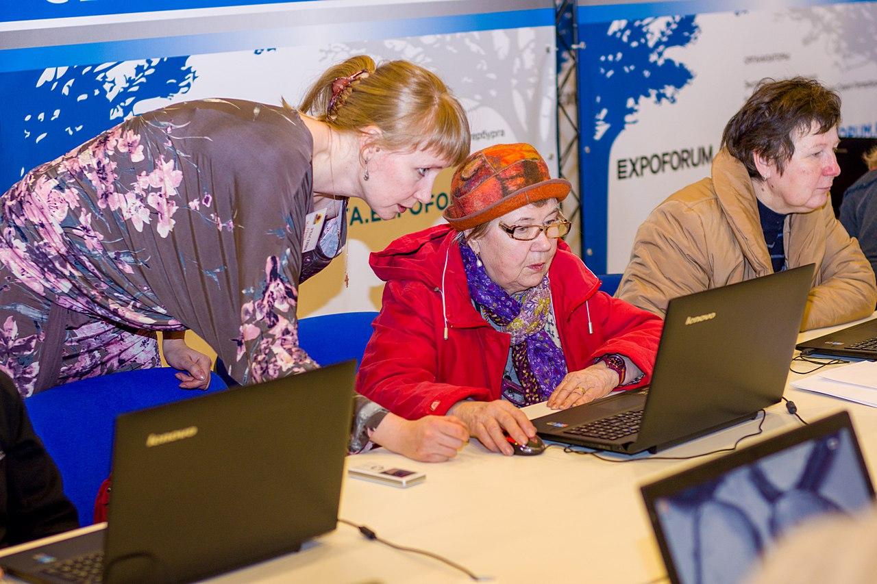 «Желающих работать тысячи»: что готовы предложить людям старшего возраста центры занятости