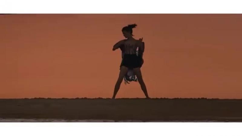 Берен Саат танцует