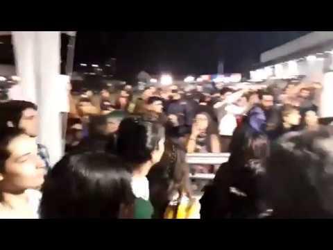 Feministas intentan escrachar a Laje y Márquez, pero la gente reacciona ovacionando y coreándolos