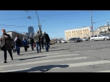 На инвалидной коляске переходим дорогу между Казанским и Ленинградским / Ярославским вокзалами