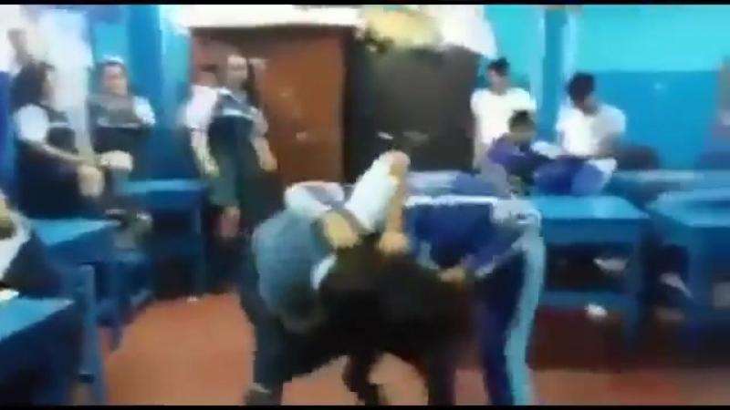 Pelea De Mujeres En Clase - YouTube