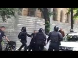 Священник напал на полицейских, охранявших ЛГБТ-марша. Драка. Кишинёв, 19.05.2018