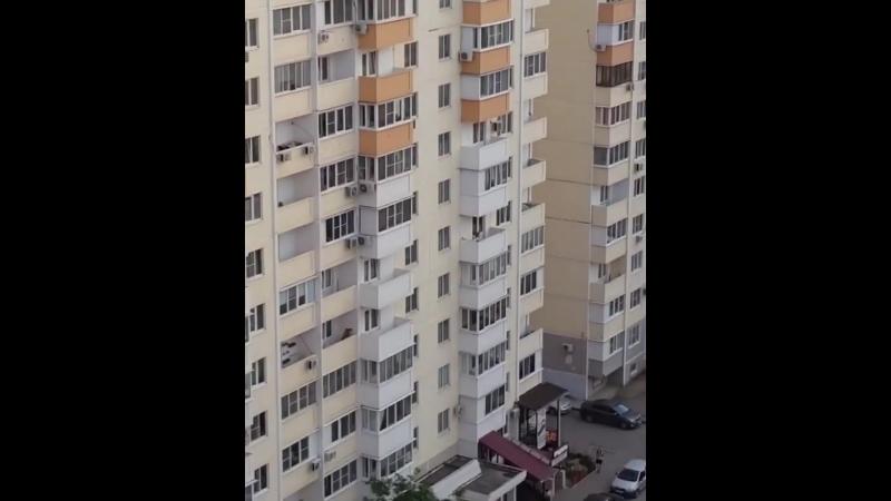 Присылают наши подписчики: Куда смотрят родители? Дети скидывают что-то тяжелое с крыши дома по ул. Героя Аверкиева, 20.