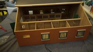 Kids Globe Bauernhof Pferdestall mit 7 Boxen