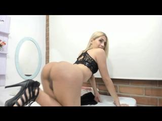 Интернет-проститука с пенисом и пухлой попой вертится перед вебкамерой в секс чате (транс, трап, ледибой shemale tranny ladyboy)