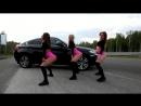 Богатые молодые красивые студентки или школьницы девочки устроили Тверк Twerk в трусиках прямо на дороге трясут попками