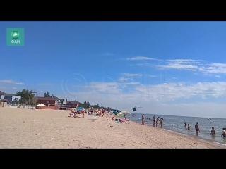 Бреющий полет вертолета ВСУ над отдыхающими на пляже в Мариуполе попал на видео