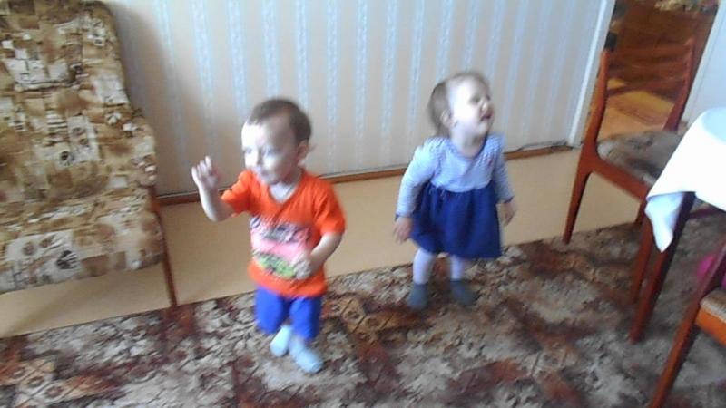 Танцы Марка и Забавы! 17 мая 2018 года Марку 1,9, Забаве 2,6, деду Николаю 69