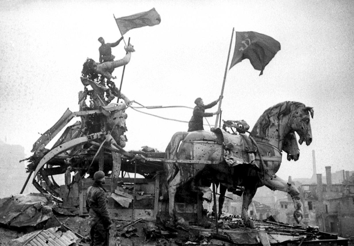 Красное знамя на квадриге Бранденбургских ворот, 9 мая 1945 года.