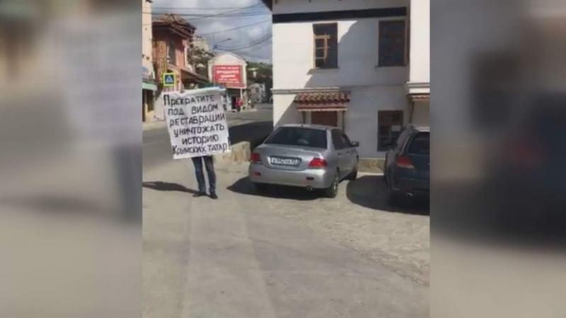 В Бахчисарае прошли одиночные пикеты против разрушения Ханского дворца