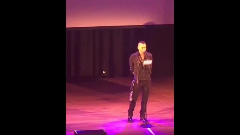 Джонни Депп вручает премию Джо Перри